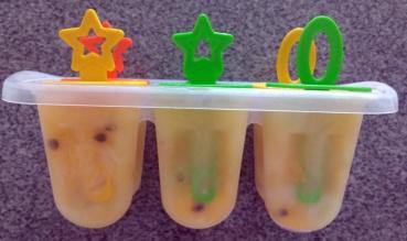 Picolés de frutas naturais com caldo de laranja - nas forminhas