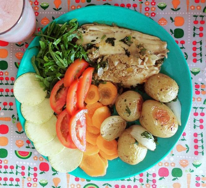 Prato saudável  -filé de tilápia - batata bolinha assada - salada